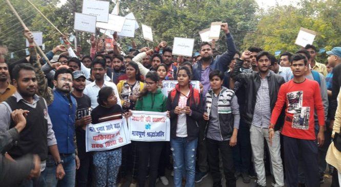 पुलवामा अटैकः बांदा में शहीदों को श्रद्धांजली देने को उमड़ा जनसैलाब, बुंदेलियों ने पाकिस्तान को ललकारा