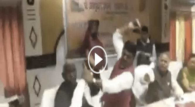देखें वीडियोः भरी बैठक में भाजपा सांसद शरद त्रिपाठी ने बीजेपी विधायक राकेश बघेल पर बरसाए जूते, दोनों तलब…