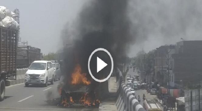 कानपुर में चकेरी फ्लाईओवर ब्रिज पर धू-धूकर जली मर्सिडीज कार, कूदकर लोगों ने बचाई जानें, हड़कंप