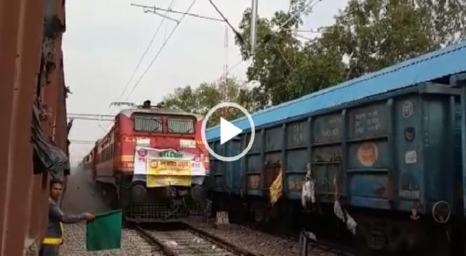 बांदा के बदौसा से खैराडा तक धूल उड़ाती 110 की स्पीड से दौड़ी इलेक्ट्रिक ट्रेन..