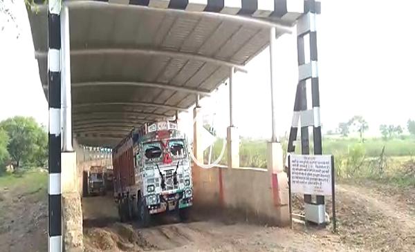 बांदा में रेलवे अंडरब्रिज से नियम विरुद्ध निकाले जा रहे भारी वाहन, बड़ी अनहोनि की आशंका..