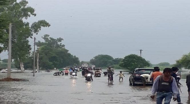 बुंदेलखंड में बाढ़ जैसे हालातः कहीं सड़कों पर तो कहीं गांव-मुहल्लों में घुसा पानी