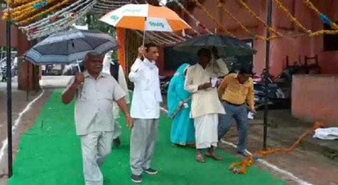 हमीरपुर में सदर सीट पर उप चुनाव की वोटिंग जारी