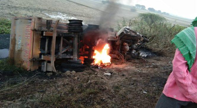 उरई में टक्कर के बाद धू-धूकर जले दो ट्रक, 2 घंटे ठप रहा हाईवे