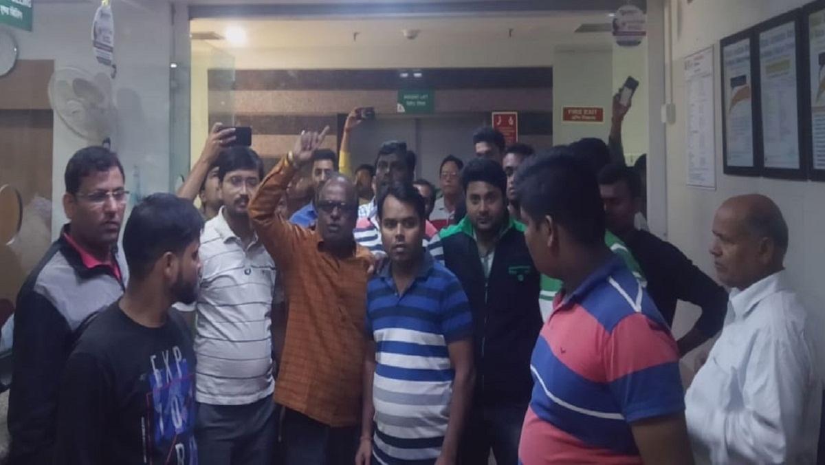 In Regency Hospital of Kanpur Bank cashier Ruckus over death allegations of negligence