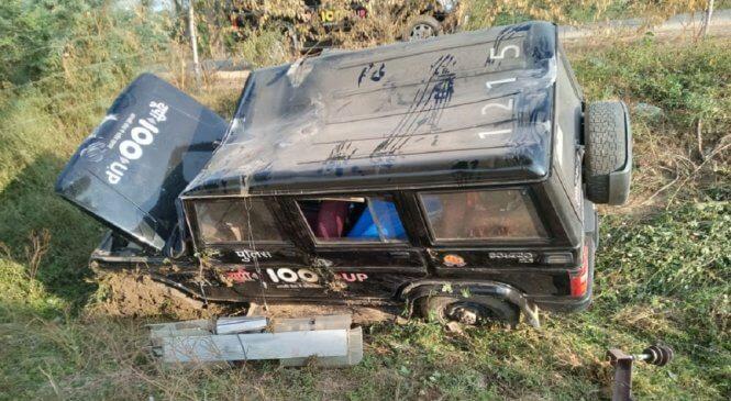 हमीरपुर में खाई में गिरी यूपी-100 जीप, बाल-बाल बचे पुलिसकर्मी