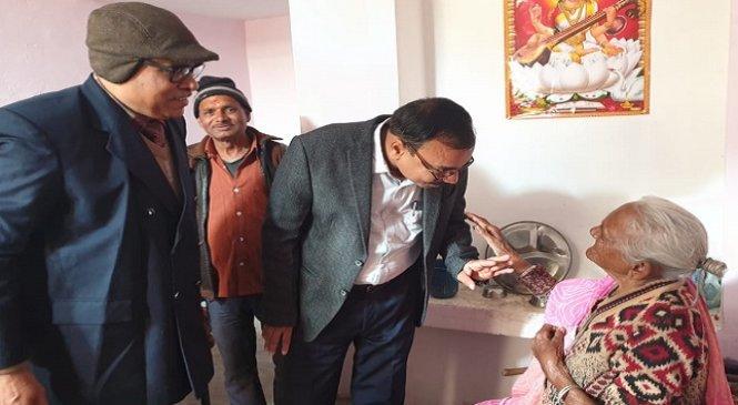 बांदाः वृद्धाश्रम में बुजुर्गों से मिले अधिकारी बोले, ऐसे रखें ख्याल..