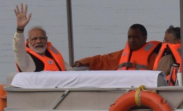 कानपुर पहुंचे प्रधानमंत्री नरेंद्र मोदी 30 मिनट गंगा की गोद में रहे