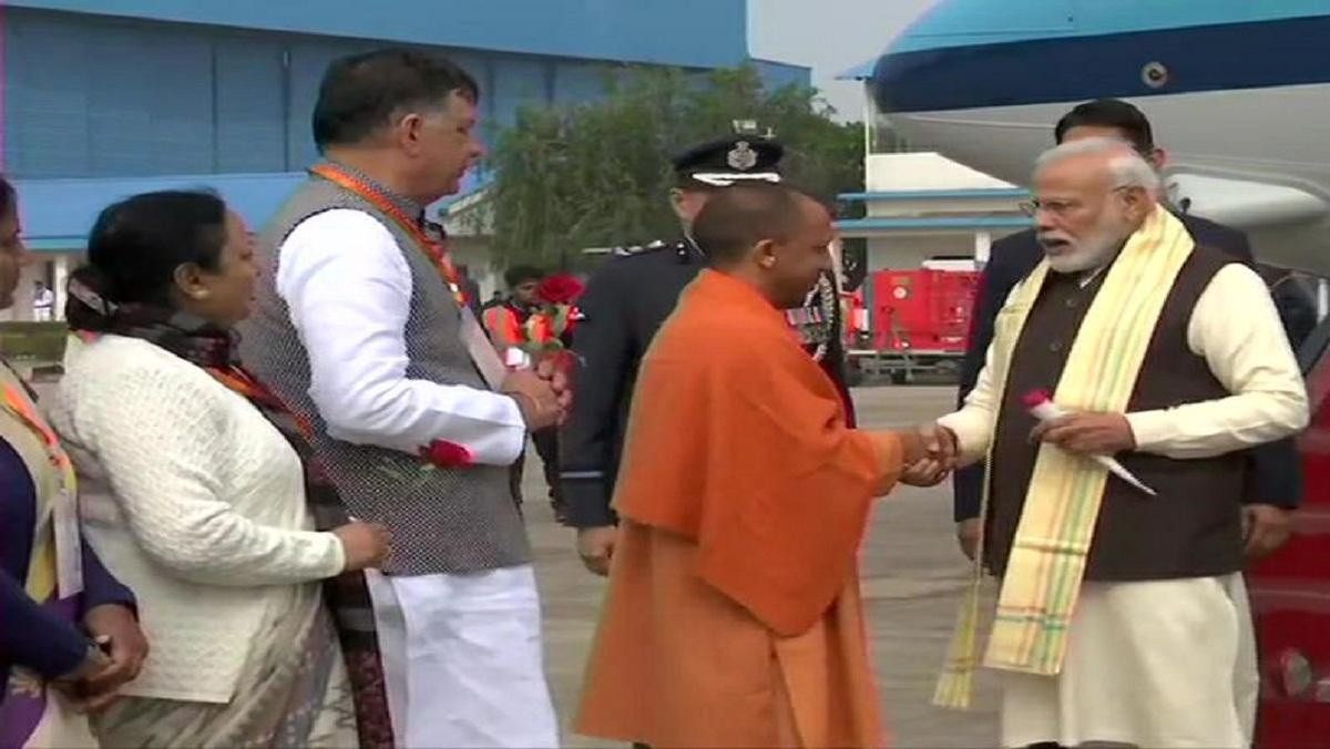 pm narendra modi with cm yogi on chakeri airport in Kanpur-2