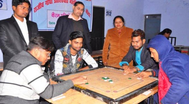 बांदा के डीएवी कालेज में छात्र-छात्राओं में कैरम का मुकाबला