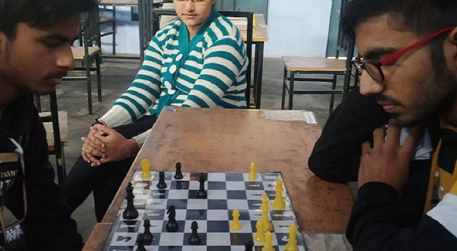 बांदा के राजीव गांधी डीएवी कालेज में छात्र-छात्राओं में शतरंज का जबरदस्त  मुकाबला