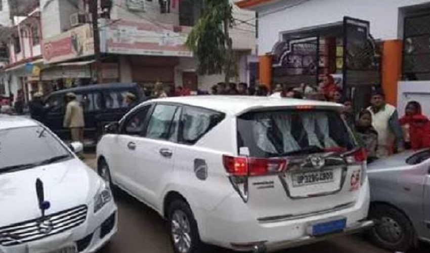 In Lucknow, a man hanged his life after killing his wife and children