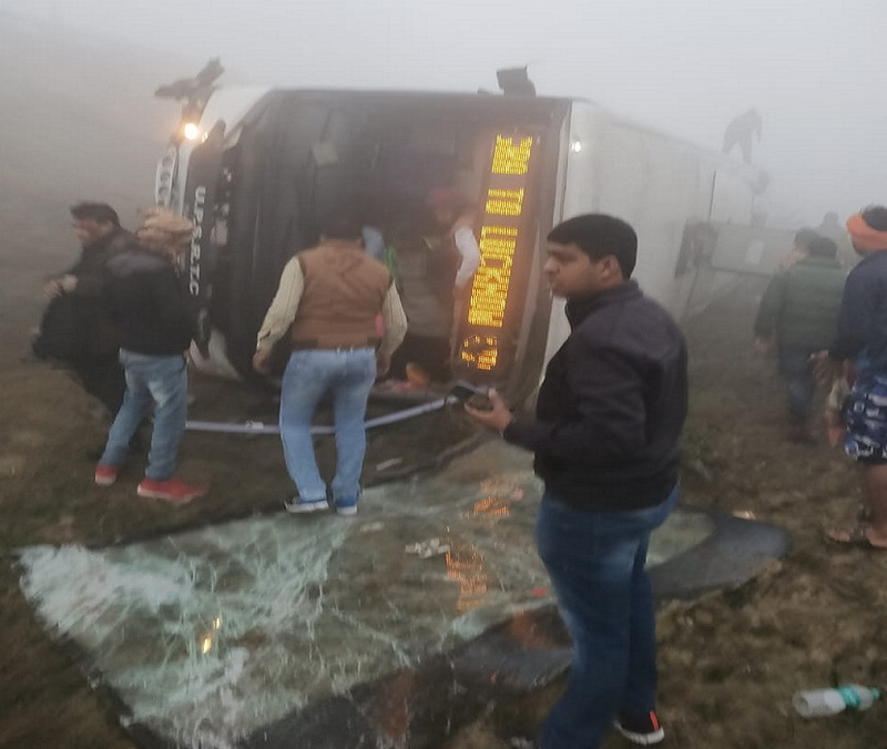 Lucknow express way volvo bus accident two kill-18 injured in Agra