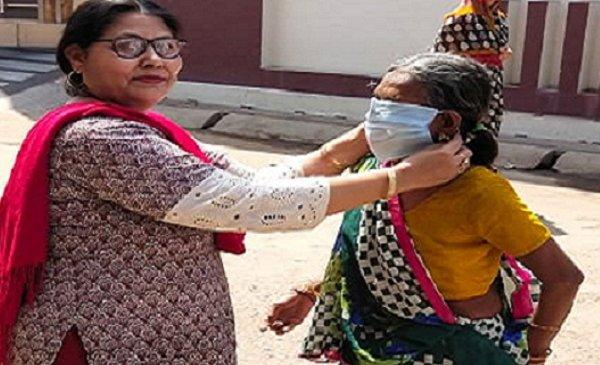 बांदा में एपीजे अब्दुल कलाम सोसायटी ने मास्क बांटे