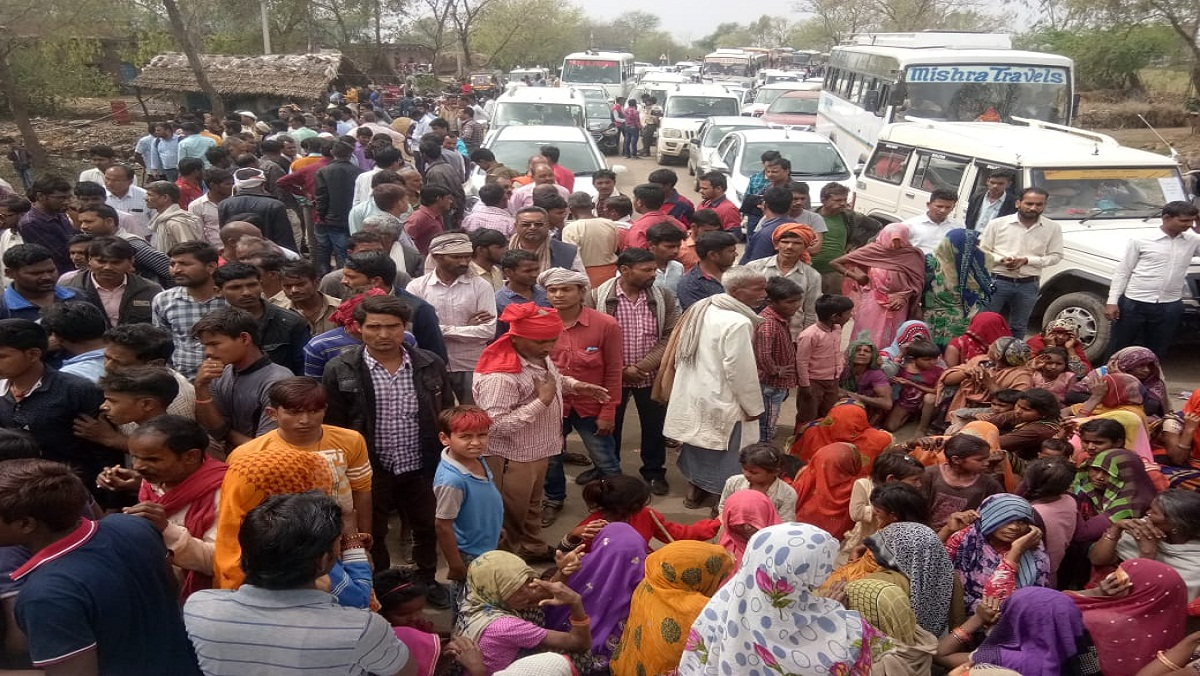 Thousands of farmers jammed Bundelkhand roads and stopped convoy of minister in charge Nandi