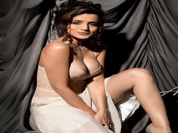 Bollywood Actress अमीषा ने शेयर कीं बोल्ड फोटोज, ट्रोल्स से बचने का भी किया 'पक्का जुगाड़'