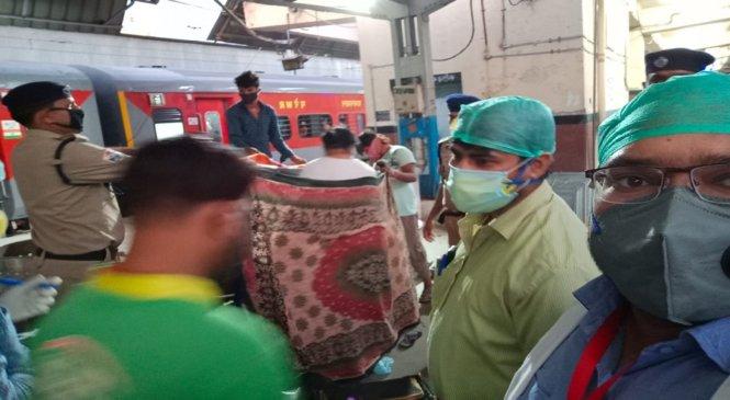 कानपुरः रेलवे पुलिस बनी पर्दा तो डाक्टर मददगार, फिर स्टेशन पर गूंजी किलकारियां
