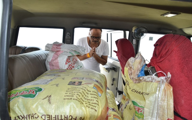 cabinet minister Brajesh pathak distribute food to poors