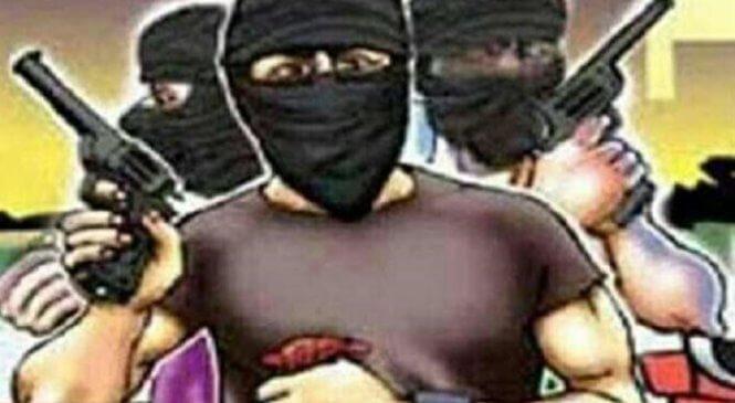 बड़ी खबरः बांदा सांसद के पेट्रोल पंप पर बदमाशों ने लूटपाट की, पुलिस ने की नाकेबंदी