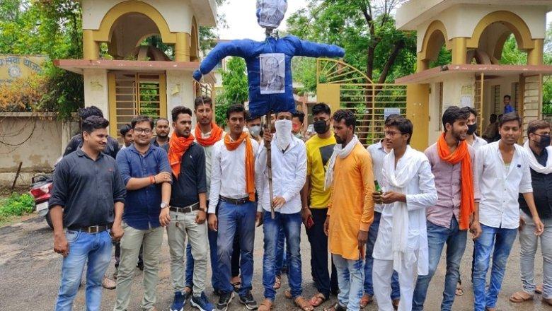 बांदा में विश्वविद्यालय फीस वृद्धि पर भड़की एबीवीपी, कुलपति का पुतला फूंका