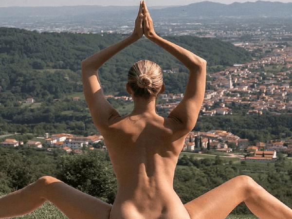 योग दिवस से पहले इंस्टाग्राम पर छाई 'Nude योगा गर्ल' की Photos