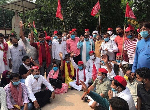 बांदा में 'बिकरु कांड' के विरोध में सपाइयों का प्रदर्शन, राज्यपाल को ज्ञापन