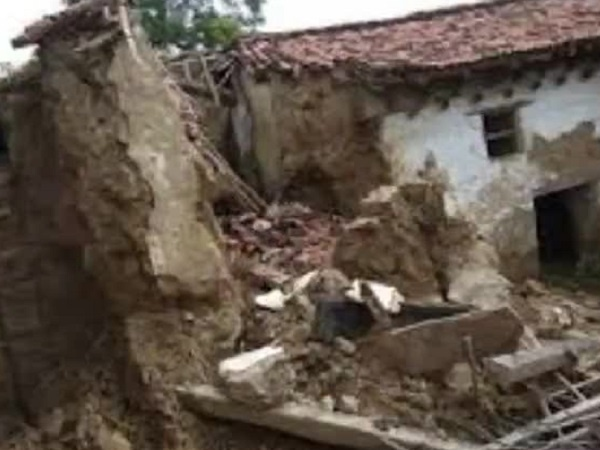 House collapses due to rain in Banda, husband's death - wife referred