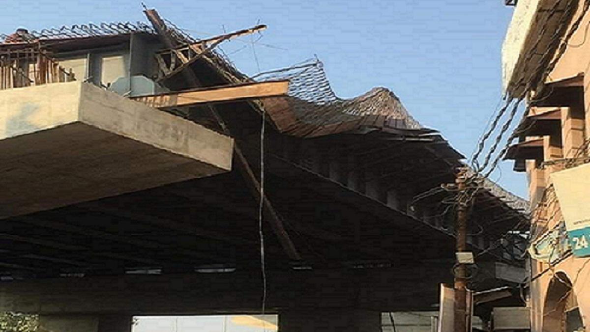 कैंट रेलवे स्टेशन के सामने शटरिंग गिरने से अफरा-तफरी, एक गंभीर