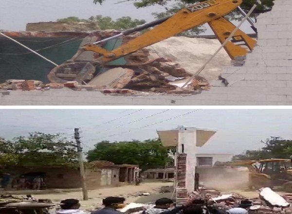कानपुर में पुलिस ने फरार बदमाश विकास दुबे के घर पर चलवाया बुलडोजर, लाखों की कारें नष्ट कीं