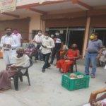 बांदा में व्यापारियों ने मंदिरों-अनाथालयों में फल वितरित किए