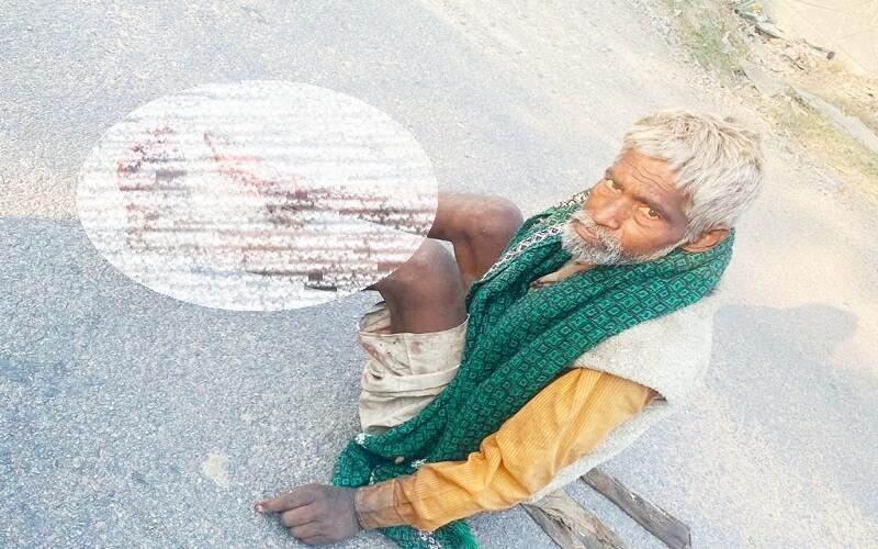 must-read-news-of-human-sensibilities-of-a-car-sitting-rich-man-sekh-sadi-jawa-with-an-abandoned-man-on-street
