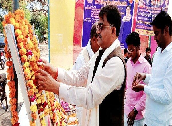 बांदा के अतरहट में बसपा नेताओं ने संत रविदास जयंती मनाई