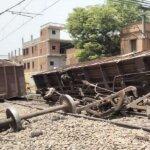 Big News : कानपुर में पटरी से उतरे ट्रेन के दो डिब्बे-एक पलटा, रेलवे यातायात ठप