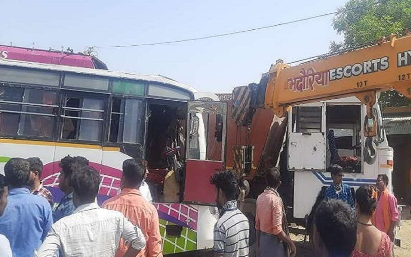 Breaking : Dumper of bus carrying Banda to Kanpur traders collides, 20 injured