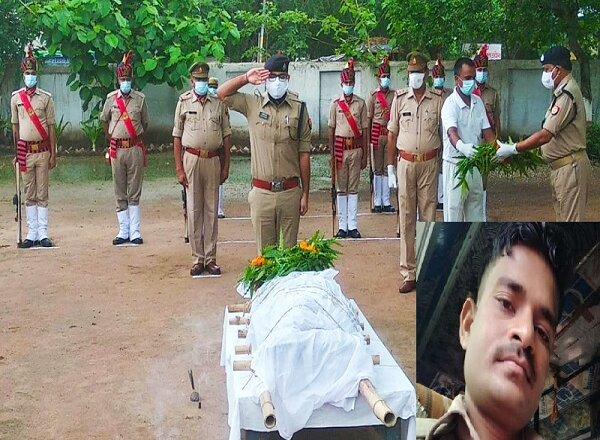 बांदा में पुलिस कांस्टेबल का निधन, SP ने कंधा देकर दी अंतिम विदाई
