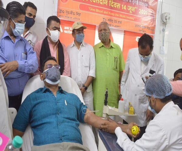 Banda DM Anand Singh donated blood, said - there is no alternative to this