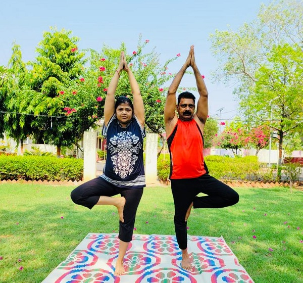 बांदा DM आनंद सिंह का पत्नी सीमा सिंह के साथ Yoga@home, पढ़िए ! पूरी खबर..