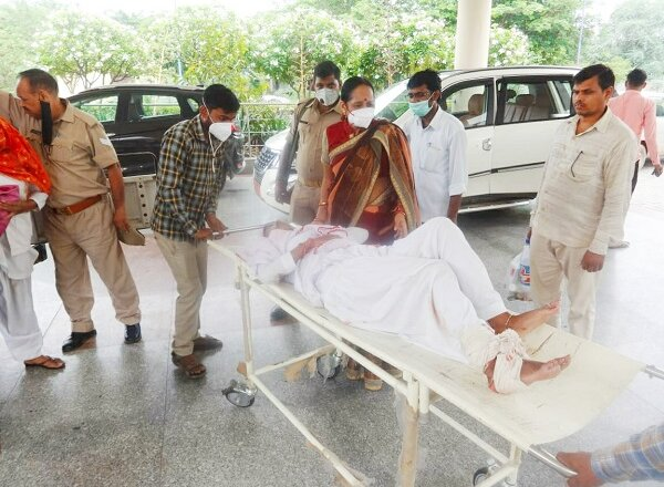 बांदा : महिला आयोग सदस्या ने किया औचक निरीक्षण, घायलों को अस्पताल पहुंचाया