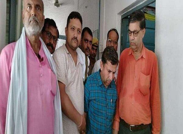बुंदेलखंड : महोबा में रिश्वत लेते अधिकारी रंगे हाथ गिरफ्तार, झांसी से आई टीम