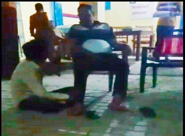 UP : दरोगा का थाने में फरियादी से पैर दबवाते वीडियो वायरल, जांच शुरू