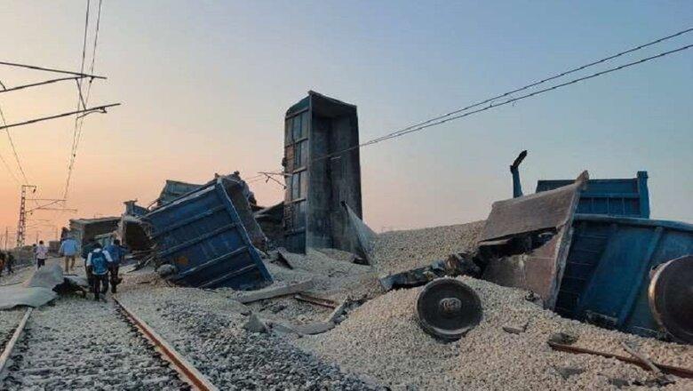 UP : इटावा में मालगाड़ी पलटी, 1 की मौत और 3 घायल